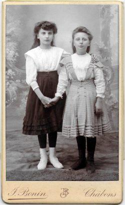 "1905? Jeanne et Gabrielle Bonin <a target=""_blank"" href=""http://padddy.fr/1905-chabons-gabrielle-bonin-et/"">>En savoir plus</a>"