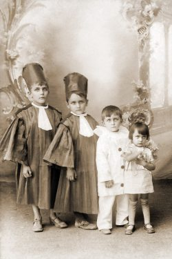 "1932? les enfants Vaudaine: Jean, Paul, Alexis et Marie Thérèse <a target=""_blank"" href=""http://padddy.fr/olympus-digital-camera-2/"">>En savoir plus</a>"