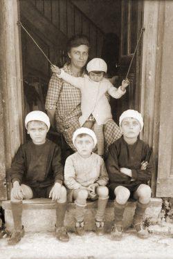 "1932? Jeanne Vaudaine et ses enfant Jean, Paul, Alexis et Marie Thérèse <a target=""_blank"" href=""http://padddy.fr/olympus-digital-camera/"">>En savoir plus</a>"