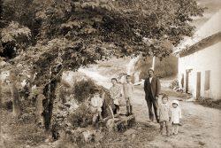 "1932? Pierre Vaudaine et ses petits fils à la campagne <a target=""_blank"" href=""http://padddy.fr/olympus-digital-camera-4/"">>En savoir plus</a>"