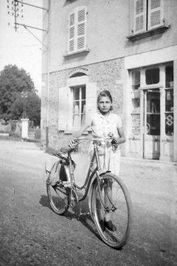 "1950? Anne Marie Vaudaine devant chez elle à Châbons <a target=""_blank"" href=""http://padddy.fr/olympus-digital-camera-6/"">>En savoir plus</a>"