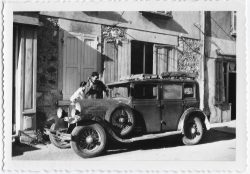 """1952? Paul Vaudaine devant la maison de Alexis et paule Vaudaine à Châbons <a target=""""_blank"""" href=""""http://padddy.fr/1952-4-juin-chabons-voiture-paul-maison-alexis-mel/"""">>En savoir plus</a>"""