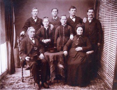 "Années 1880, Famille Jean Bonin, père du photographe Jean Bonin, en haut à gauche <a target=""_blank"" href=""http://padddy.fr/olympus-digital-camera-12/"">>En savoir plus</a>"
