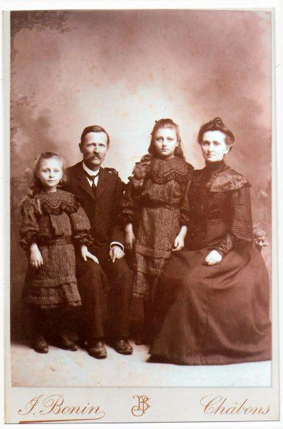 "1903 Famille Bonin Jean (photographe), Marie Louise, Jeanne et Gabrielle <a target=""_blank"" href=""http://padddy.fr/1910-chabons-jean-bonin-et-sa-famille1/"">>En savoir plus</a>"