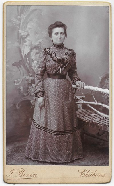 "1910 Chabons, Marie Louise Vaudaine née Thomas, épouse de Jean Bonin photographe, photo ""nettoyée"" <a target=""_blank"" href=""http://padddy.fr/1910-chabons-marie-louise-bonin-thomas-epouse-jean-bonin-nettoyee/"">>En savoir plus</a>"