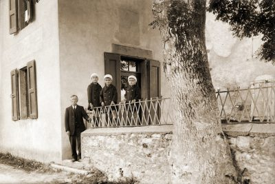"1932? Marius Vaudaine et ses 3 fils: Jean, Paul et Alexis <a target=""_blank"" href=""http://padddy.fr/olympus-digital-camera-17/"">>En savoir plus</a>"