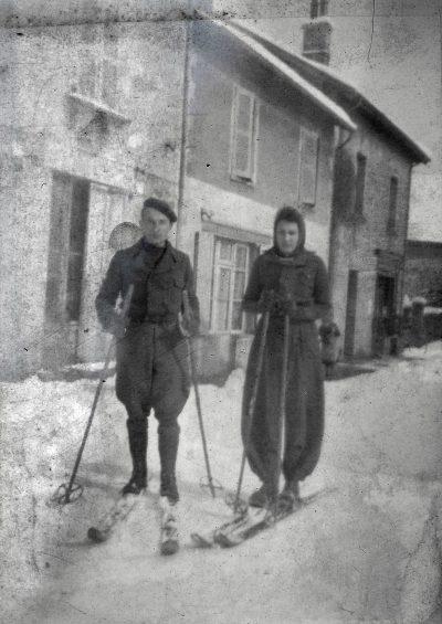 """années 40-Marie Therese  sur des skis sur la route à Châbons <a target=""""_blank"""" href=""""http://padddy.fr/1940-chabons-ski-marie-thereseboite-n16-negatif-plastic/"""">>En savoir plus</a>"""