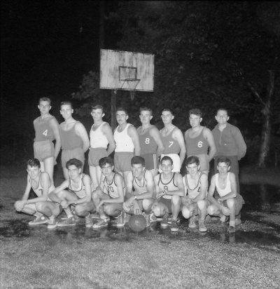 "1940? équipe de basket de Châbons <a target=""_blank"" href=""http://padddy.fr/1940anneesbasket-chabonsboite-n16-negatif-plastic/"">>En savoir plus</a>"