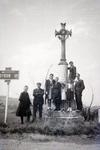 """1947env, pélerinage de la famille Vaudaine à ND de l'Osier <a target=""""_blank"""" href=""""http://padddy.fr/olympus-digital-camera-31/"""">>En savoir plus</a>"""