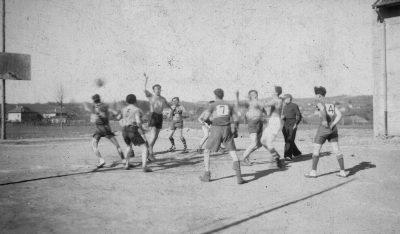 """1950? match de basket à Châbons <a target=""""_blank"""" href=""""http://padddy.fr/1950-annees-match-basket-boite-n16/"""">>En savoir plus</a>"""