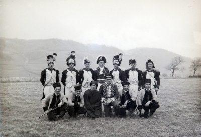 """années 40, châbonnais déguisés en hussards, pour un pièce de théâtre? <a target=""""_blank"""" href=""""http://padddy.fr/olympus-digital-camera-29/"""">>En savoir plus</a>"""